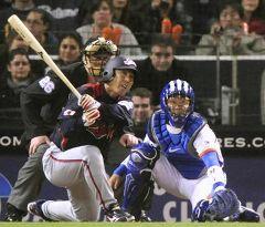 8回表、無死一、三塁で代打小笠原道大が右前に勝ち越し打を放つ=ペトコ・パーク