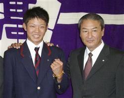 中日・中田宗男スカウト部長(右)のあいさつを受け、笑顔を見せる智弁和歌山高の岡田俊哉投手=31日、和歌山市