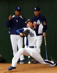 落合監督、森ヘッドコーチの前で投球する岡田俊哉=北谷球場