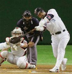 7回裏、全セ1アウト二塁、ラミレスが左中間に先制2点本塁打を放つ。捕手里崎=東京ドーム