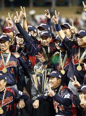 WBC優勝トロフィーを前に喜ぶイチロー(中央)ら日本選手、右下は原監督=ドジャースタジアム