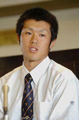 プロ入りを表明した仙台育英高の佐藤由規投手、地元の楽天入りを希望している=11日、仙台市の同校