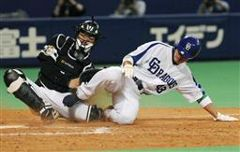 8回裏、1死三塁、井端の中犠飛で三塁走者沢井道久が勝ち越しの生還。捕手山崎=ナゴヤドーム