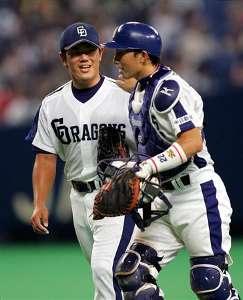 捕手・田中大輔(右)と笑顔でベンチへ向かう清水昭信=ナゴヤドーム