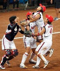 北京五輪ソフトボール決勝、日本対米国戦、米国に勝ち大喜びする日本ナイン=豊台ソフトボール場
