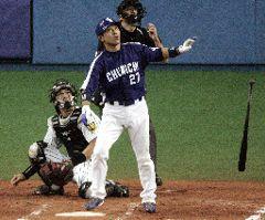 7回表、中日1死一塁で谷繁が左越えに勝ち越しの2ランホーマーを放つ。=京セラドーム大阪