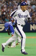 9回裏、ノーアウト満塁、サヨナラとなる押し出しの死球を受け、大笑いで一塁に向かう代打谷繁元信。後方は横浜・ホセロ=ナゴヤドーム