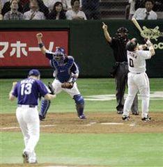 9回裏、最後の打者、木村拓也を三振に仕留め、喜ぶ岩瀬と谷繁の中日バッテリー=東京ドーム