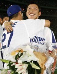 引退セレモニーで谷繁(左)と抱き合う立浪=ナゴヤドーム