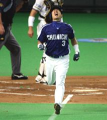 1回2アウト一、二塁、立浪の鋭い打球は遊直となり悔しがる=札幌ドーム