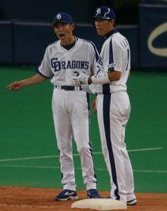 5回裏、デラロサのヒットで二走の李炳圭(右)が三塁上で苫篠誠治コーチの体に触れたとの判定で李がアウトになり不満顔の両者=ナゴヤドーム