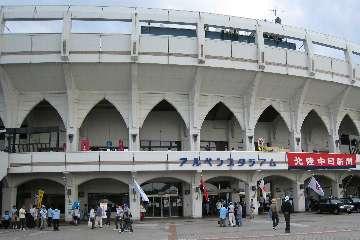 富山アルペンスタジアムに到着正面入り口