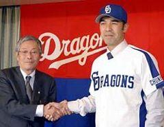 中日入団記者会見で、伊藤一正球団代表と握手する和田一浩=26日午後、名古屋市中区