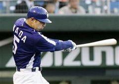 1回表、1アウト満塁で和田一浩が左越えに満塁本塁打を放つ=広島