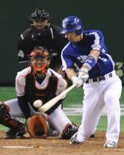 5回表、和田一浩が逆転2点適時打を放つ=東京ドーム