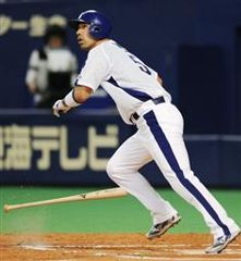 6回裏、和田一浩が左中間に勝ち越し本塁打を放つ=ナゴヤドーム