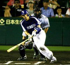 6回表、無死一、三塁で和田一浩が右中間に逆転の2点三塁打を放つ=甲子園