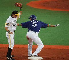 7回表、代打で勝ち越しタイムリー放った和田一浩=京セラドーム
