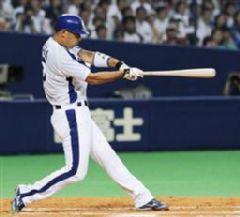 6回裏、1死一塁から和田一浩が中越えに勝ち越し適時二塁打を放つ=ナゴヤドーム