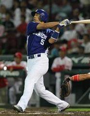 10回表、2死一塁から和田が右中間に決勝2ランを放つ=マツダスタジアム