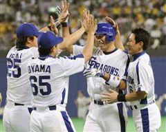 9回サヨナラ犠飛を放ちナインから祝福される和田一浩(右から2人目)=ナゴヤドーム