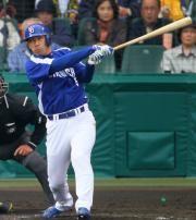 4回表、無死一、三塁から和田が同点犠飛を放つ=甲子園