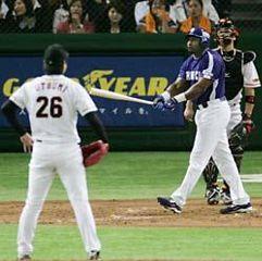 4回表、2アウト一塁、ウッズがライトスタンドに2ランを放つ。投手内海、捕手阿部=東京ドーム