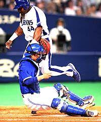 5回裏、中村紀洋の三ゴロで三塁走者ウッズが本塁を突くがタッチアウト、捕手鶴岡=ナゴヤドーム