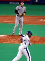 4回裏、ウッズが阪神安藤からから中越え本塁打を放つ=ナゴヤドーム