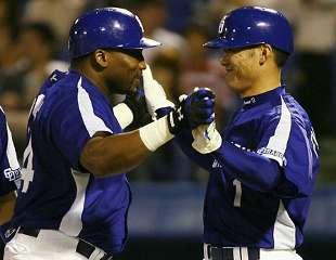 3回表、ウッズが満塁本塁打を放ち、福留と笑顔で握手=神宮球場