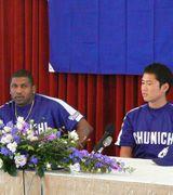5月の月間MVPに選出されて、会見したタイロン・ウッズ(左)と小笠原孝