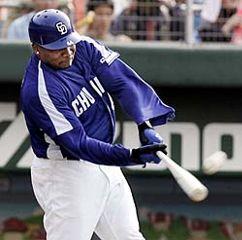 6回1アウト一、二塁でタイロン・ウッズがライトスタンドへ2打席連続本塁打を放つ=広島