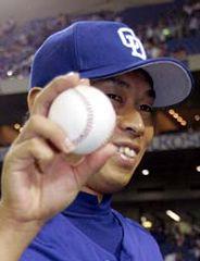 今季初勝利を挙げ、ウイニングボールを手に笑顔を見せる山井大介=東京ドーム