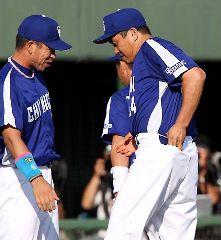 通算197勝目となるウイニングボールをポケットに入れる山本昌、左は井上一樹=旭川
