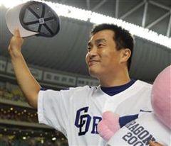 通算198勝目を挙げ、照れくさそうにファンの声援に応える山本昌=ナゴヤドーム