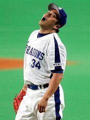 1回表、広島・小窪に二塁打を浴び、悔しがる山本昌=ナゴヤドーム