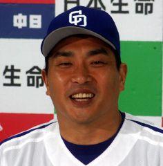 8月の月間MVPを受賞して会見する山本昌=名古屋市内