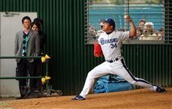 ブルペンで投げ込みを行った山本昌。投球を見つめる古田敦也氏(左)=北谷球場