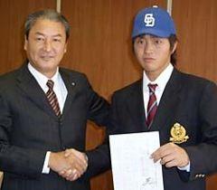 中田宗男スカウト部長と握手する名城大・山内壮馬投手=21日、名古屋市天白区