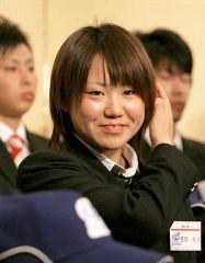 神戸9クルーズの入団会見で笑顔を見せる吉田えり=神戸市内のホテル
