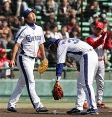 2回表無死1、2塁、広島・廣瀬のバントゴロを取り損ない、舌を出す吉見一起(左)と森野将彦=長良川球場