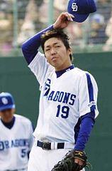 4回表、阪神打線につかまり汗をぬぐう先発の吉見一起=小牧球場