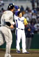1回表、連続押し出し四球を出し汗をぬぐう吉見一起=石川県立野球場