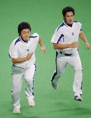 CS第1ステージ前日練習で、ランニングする吉見(左)とチェン=ナゴヤドーム