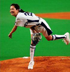 始球式を行った2008年アサヒビールイメージガールの吉村美樹=ナゴヤドーム
